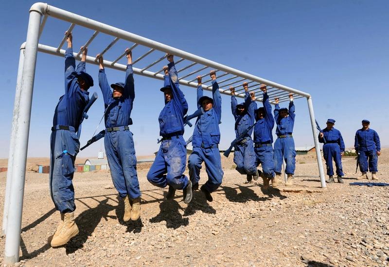 Герат, Афганистан, 24 сентября. Кадеты полицейской академии тренируются во время 8-недельного курса перед выпуском. Фото: Aref Karimi/AFP/GettyImages