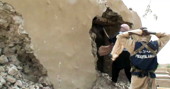 Ісламістські бойовики знищують древній храм в Тімбукту, 1 липня 2012 року. Фото: STR/ AFP/GettyImages