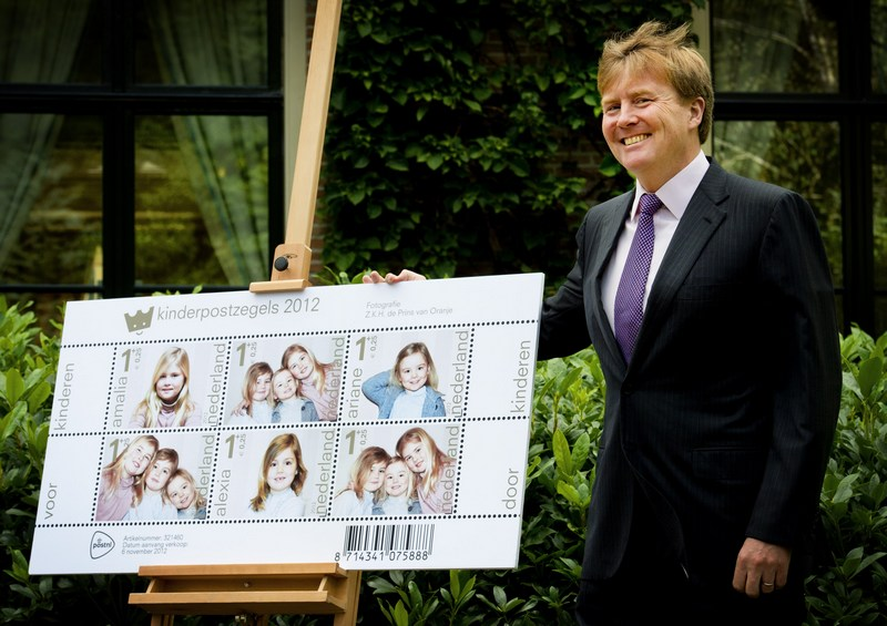 Вілла «Ейкенхорст», Вассенар, Нідерланди, 25 вересня. Кронпринц Віллем-Олександр демонструє ескізи поштових марок з портретами дочок-принцес Амалії, Олексія й Аріани. Фото: ROBIN UTRECHT/AFP/GettyImages