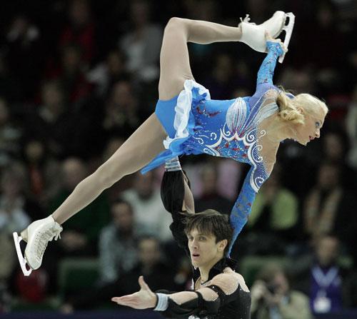 Марія Мухортова/Максим Траньков (Росія) виконують довільну програму. Фото: YURI KADOBNOV/AFP/Getty Images
