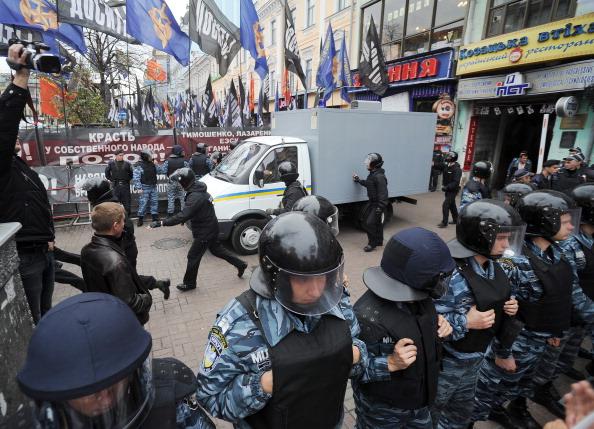«Беркут» оттеснил митингующих в поддержку Тимошенко от здания суда. Фото: POLEZHAKA SERGEY/AFP/Getty