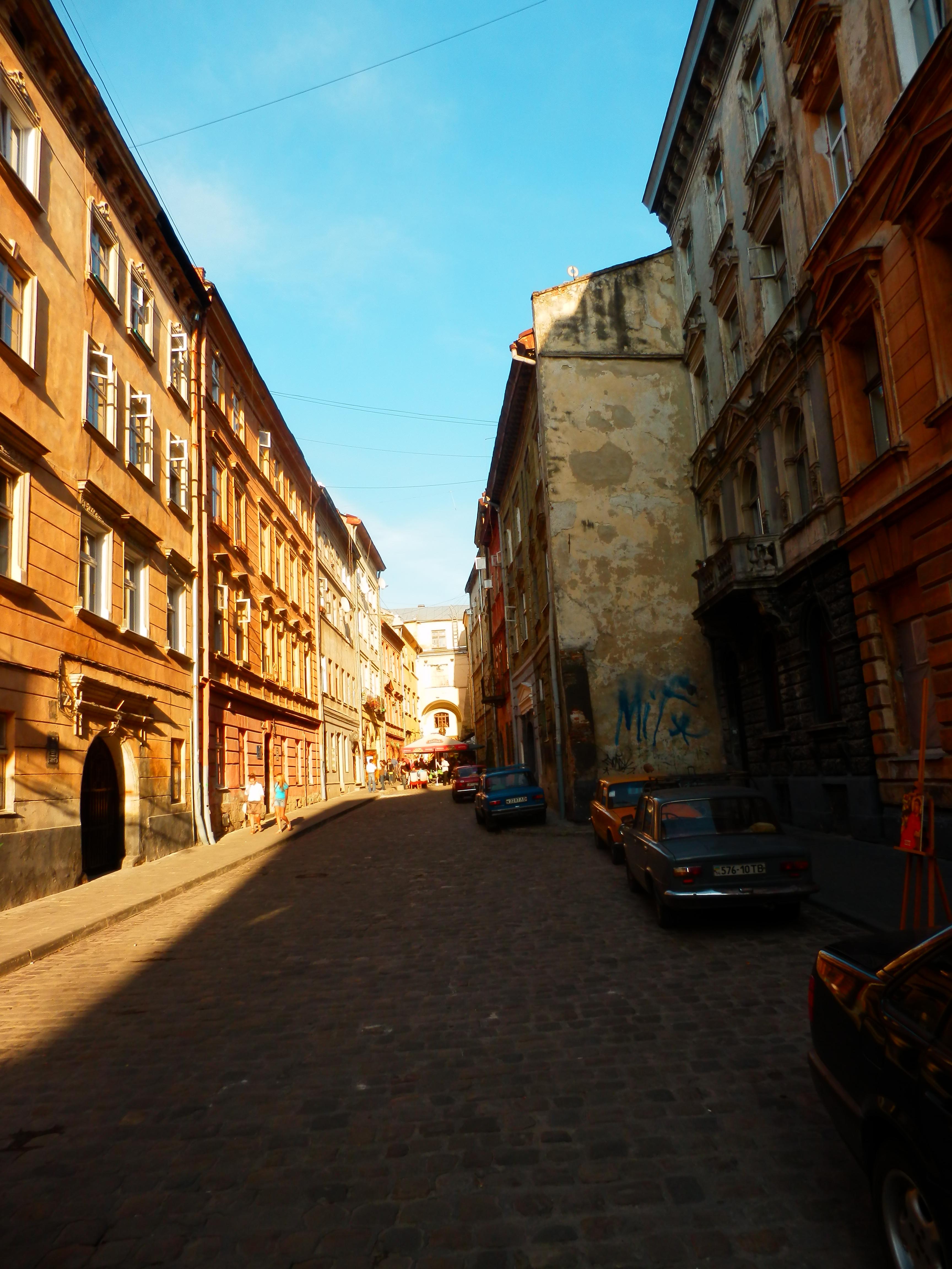 Вулиця Вірменська закінчується тупиком, у якому — «Дзиг'а».