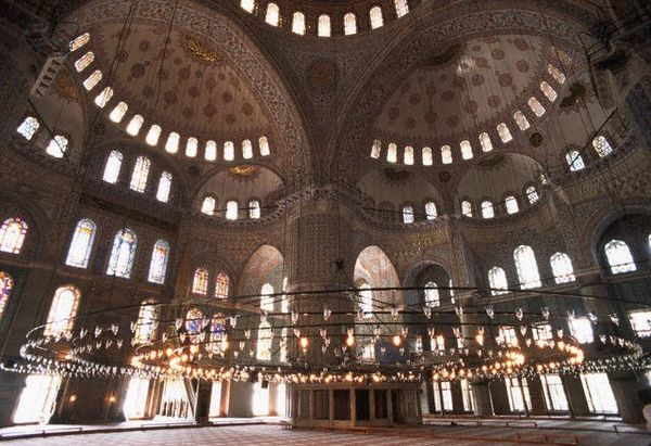 Офіційно Блакитна мечеть називається мечеттю Султана Ахмеда. А своєю загальновідомою назвою вона зобов'язана кахлям, переважно блакитним, які в кількості понад 200 000 прикрашають її усередині. Фото: adriyatik.com