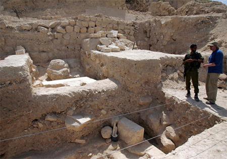 Верхняя часть гробницы Ирода. Профессор Нецер вел раскопки в Иродионе с 1972 года и нашел могилу Ирода между двух дворцов, построенных царем в Иродионе. Гробница представляла собой значительное строение, от которого в настоящее время остались лишь руины.