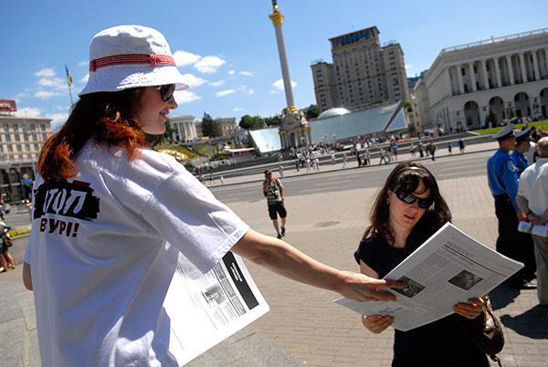 Журналістка роздає газету Українська неправда під час маршу проти цензури в Києві 6 червня. Фото: Володимир Бородін / Велика Епоха