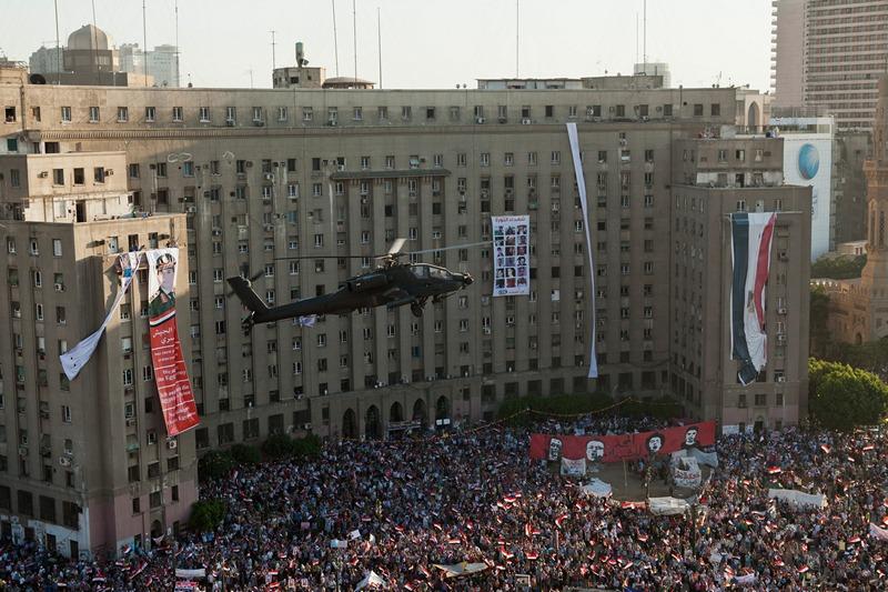 Каир, Египет, 26 июля. Армейский вертолёт «Апач» завис над демонстрантами, выражающими поддержку военным, которые свергли президента Мухаммеда Мурси. Фото: Ed Giles/Getty Images