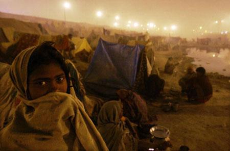 Паломники установили палатки для ночлега во время праздника Ард Кумб. Аллахабад. Индия. (20.01.2007) Фото: Mario Tama/Getty Images