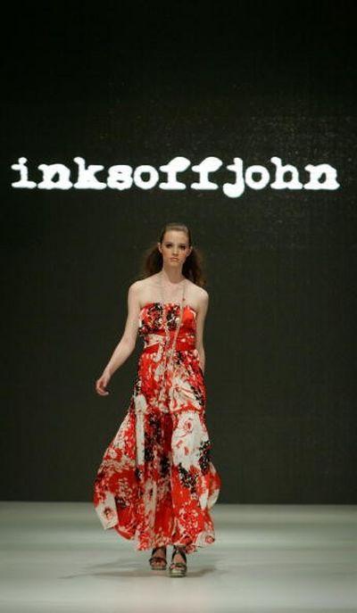 Коллекция одежды сезона весна-лето 2008/2009 от дизайнера Inksoffjohn. Фото:Sergio Dionisio/Getty Images