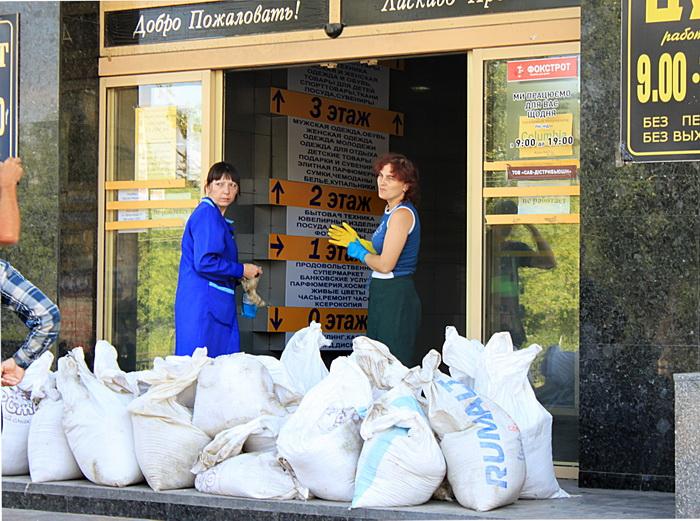 Подготовка магазина перед окрытием. Фото: Ирина Рудская