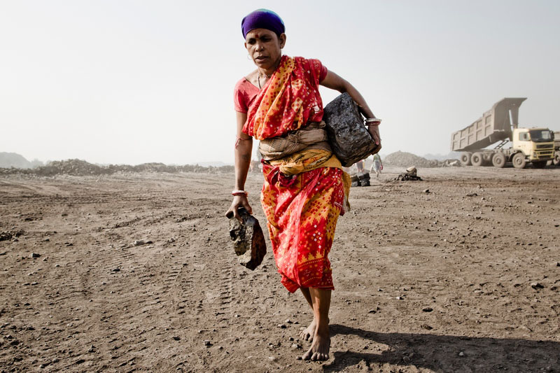 Жінка несе шматки вугілля. Фото: Daniel Berehulak/Getty Images