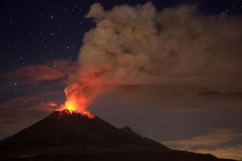 Мексика, 4 липня. Посилення виверження вулкану Попокатепетль, розташованого за 55 км від Мехіко, змусило владу столиці почати підготовку до можливої евакуації населення. Фото: Pablo Spencer/AFP/Getty Images