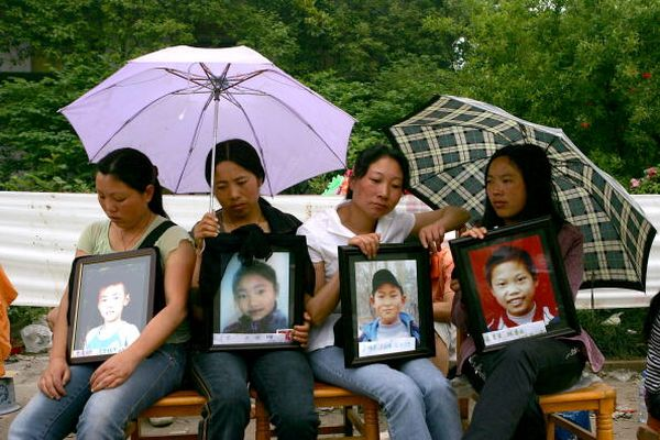 Родители, скорбящие по своим детям. Фото: China Photos/Getty Images