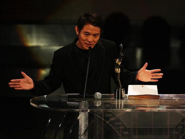 «Якщо б я не приділяв стільки часу і сил на зйомки у фільмах кун-фу, то отримав би цю нагороду ще двадцять років тому», - сказав Джет Лі, коли отримував приз кіноакадемії Гонконгу за кращу чоловічу роль в епосі «Полководці». Фото: Andrew Wong / Getty Imag