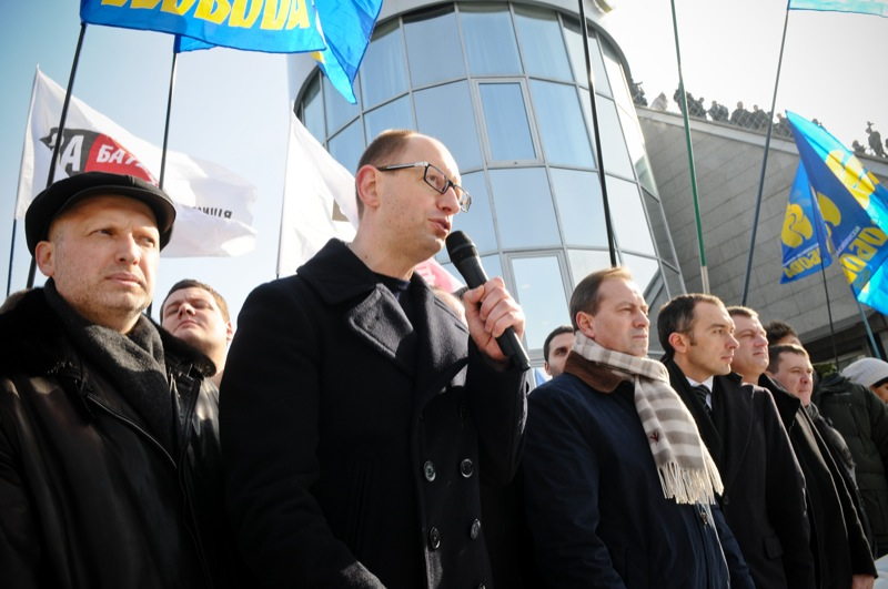 Александр Турчинов, Арсений Яценюк, Николай Томенко (слева направо) во время митинга оппозиции в Киеве на Майдане Независимости 25 февраля 2013 года. Фото Владимир Бородин/Великая Эпоха