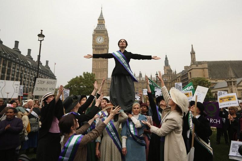 Лондон, Англия, 24 октября. Хелен Панкхёрст, внучка суфражистки Эммелин Панкхёрст участвует в митинге общества феминисток за равноправие женщин и мужчин. Фото: Oli Scarff/Getty Images