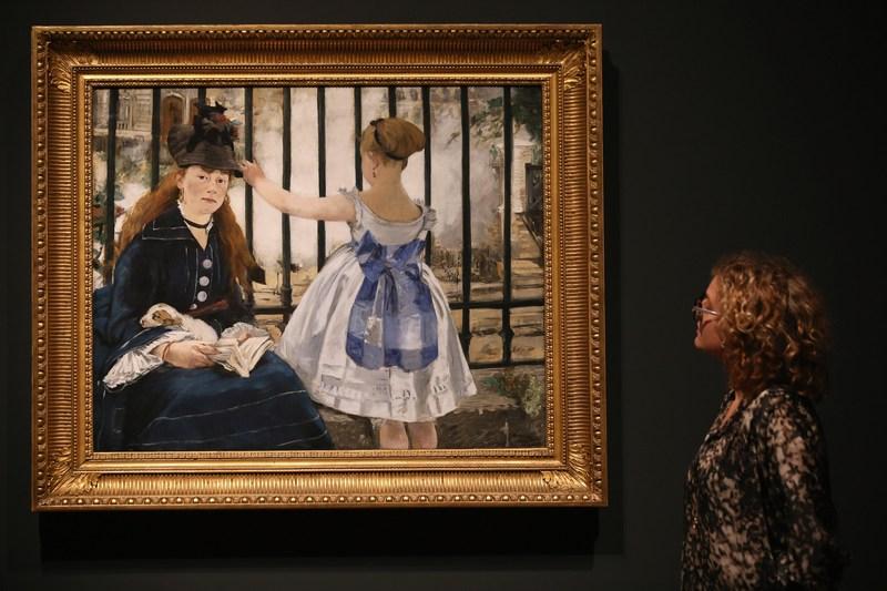 Лондон, Англія, 22січня. У Королівській академії мистецтв відкрилася виставка французького імпресіоніста Едуарда Мане «Мане: Змальовуючи життя». На фото — робота «Вокзал Сен Лазар». Фото: Oli Scarff/Getty Images