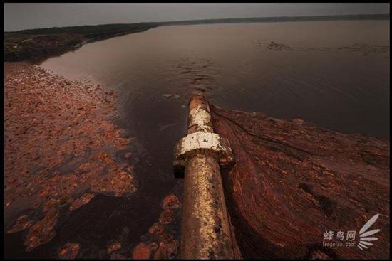 У прибережному районі провінції Цзянсу розташовано понад 100 хімічних заводів. Частина заводських стічних вод безпосередньо скидається в море, інша частина особливо забрудненої води - у п'ять «тимчасових озер брудної води». Фото: Лу Гуан