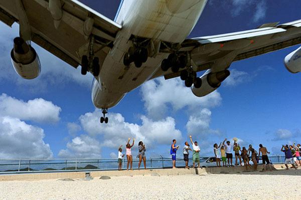 Отдыхающие на пляже Махо с азартом встречают самолет. Фото: blogspot.com