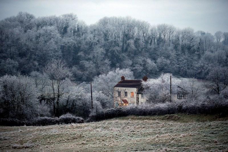 Уэлс, Англия, 12 декабря. Самый холодный день страны в году (-14 °С) покрыл ветви деревьев и кустарники инеем и льдом. Фото: Matt Cardy/Getty Images