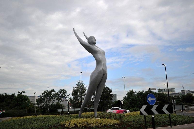 Лондон, Англія, 5 липня. Бронзова скульптура «Афіна» роботи Насера Азама встановлена біля міського аеропорту. Висота «Афін» 12 метрів — це найвища скульптура в країні. Фото: Bethany Clarke/Getty Images