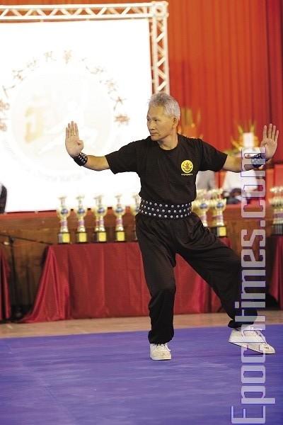 Мастер Ли-Мао из школы Линнань Цюаньшу демонстрирует стиль Чжоу «вращающийся кулак». Фото: Лянь Ли. The Epoch Times