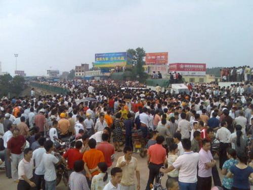 Акция протеста в городе Нанькан провинции Цзянси. 15 июня 2009 год. Фото с epochtimes.com