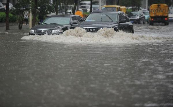 Затоплені вулиці в Ухане після декількох днів дощивши на 14 червня. Фото: theepochtimes.com