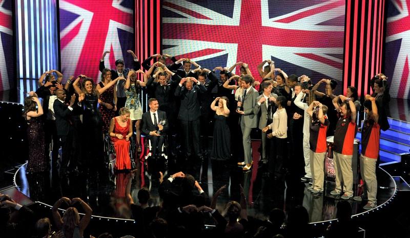 Лондон, Англия, 29 октября. Принц Чарльз и члены олимпийской и параолимпийской команд страны исполняют победный танец «Мобот» бегуна Мо Фарраха на саммите «Гордость британских наград» в отеле Гросвенор. Фото: Philip Harris — WPA Pool/Getty Images