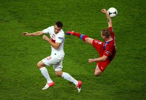 Павел Брожек из Польши и Дэвид Лимберски из Чехии борются за мяч в матче Чехии и Польши 16июня 2012года во Вроцлаве, Польша. Фото: Clive Mason/Getty Images