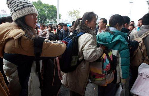 Город Нанкин 28 января. Многочисленные люди уже несколько дней на вокзале ждут своих поездов. Фото: China Photos/Getty Images