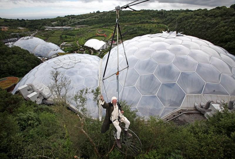 Сент-Остелл, Англия, 17 июля. В ботаническом саду «Эдем» открылся новый аттракцион SkyWire («Небесный провод»). Фото: Matt Cardy/Getty Images