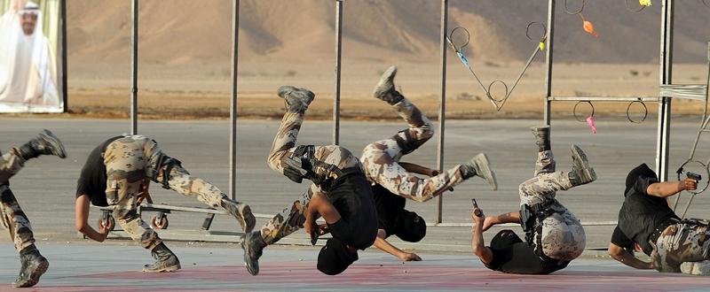 Дорма, Саудовская Аравия, 25 сентября. Спецназ демонстрирует свои навыки на церемонии открытия Центра подготовки спецподразделений. Фото: FAYEZ NURELDINE/AFP/GettyImages