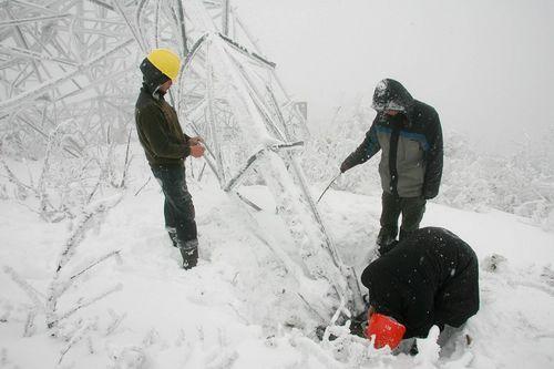 Рабочие ремонтируют повреждёние на электрической вышке. Фото Великая Эпоха