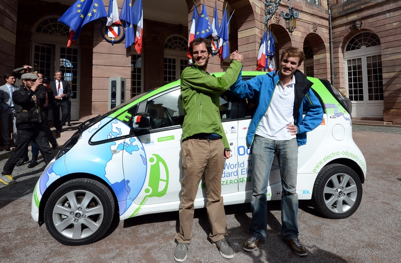 Страсбург, Франция, 24 сентября. Инженеры Дегон и Гай отправляются в 200-дневную «электрическую одиссею» по планете на электромобиле Citroen C-Zero, чтобы показать возможности этого вида транспорта. Фото: PATRICK HERTZOG/AFP/GettyImages