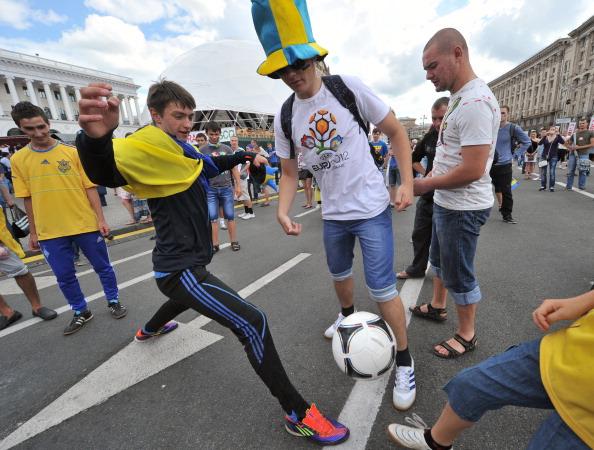 Футбольные болельщики играют с мячом в центре Киева 15 июня 2012 года, во время Евро-2012. Фото: GENYA SAVILOV/AFP/Getty Images