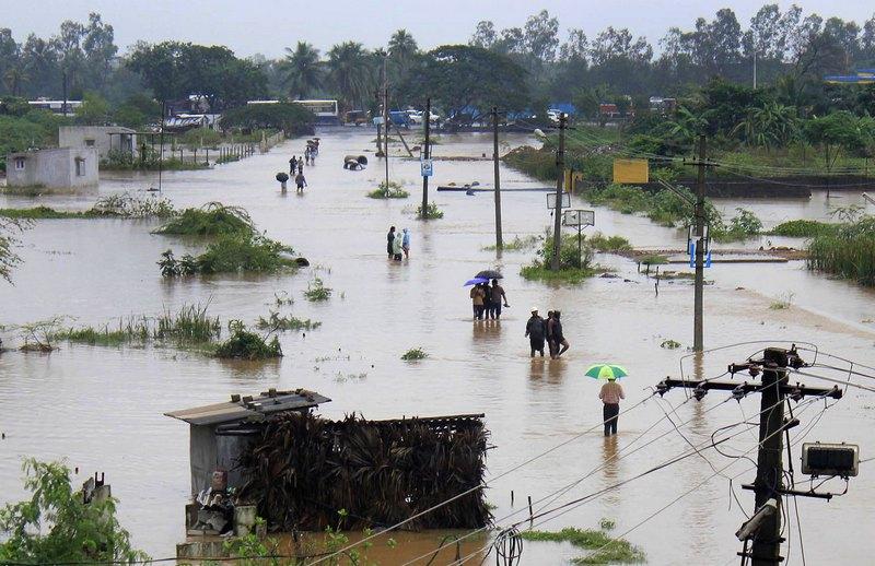 Штат Андхра-Прадеш, Индия, 5 ноября. Сильное наводнение затопило юг страны, унеся жизни 45 человек. Фото: STRDEL/AFP/Getty Images