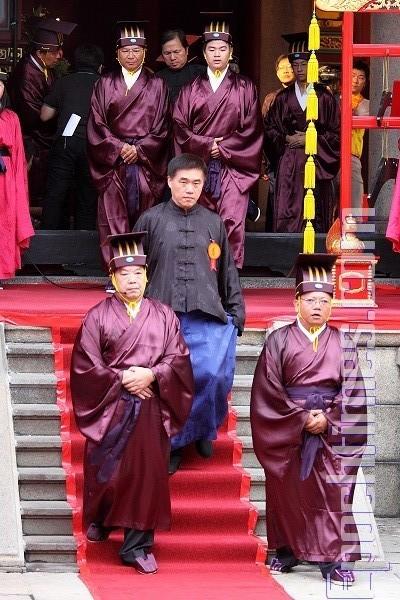 распорядителем на церемонии празднования дня рождения Конфуция был мэр города Тайбэя Хао Лунбин (посередине в центре). Тайбэй, Тайвань. 28 сентября 2009 год. Фото: The Epoch Times