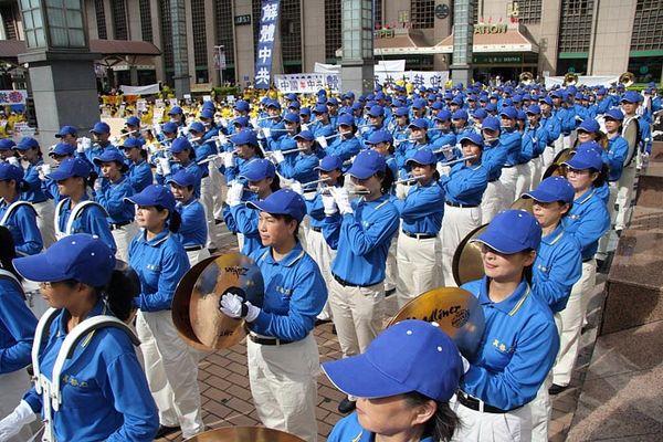 Выступление организованного последователями Фалуньгун «Небесного оркестра» на площади возле ж/д вокзала. Тайбэй. 3 ноября. Фото с minghui.org