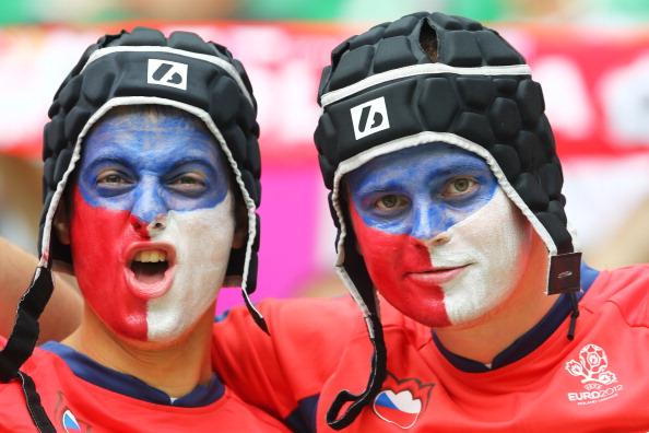 Вроцлав, Польща — 12 червня: чеські вболівальники одягнені як воротар Петр Чех на матчі Греції та Чехії. Фото: Christof Koepsel/Getty Images