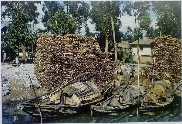 Місце торгових водних перевезень, звідки транспортуються дрова, будівельні камені та інші матеріали. Місто Куньмін провінції Юньнань в 1945 році