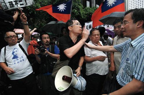 Гонконгский молодежный центр призывает компартию КНР немедленно остановить репрессии членов организации The Chinese Pan-Blue Coalition и освободить лидеров организации Суня Бо-ера и Чжаня Цзилиня. Фото: Central News Agency