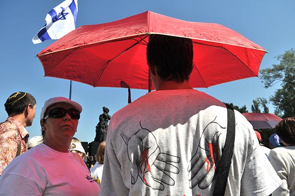 Учасники Маршу житті на мітингу в Бабиному Яру. Київ, 5 серпня 2010 р. Фото: Володимир Бородін/The Epoch Times