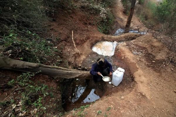 Наконец-то Лю удалось найти живительную воду. Фото с aboluowang.com