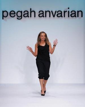 Модельєр Пегах Анваріан (Pegah Anvarian) на показі колекції Pegah Anvarian - Весна 2006. Фото: Getty Images.