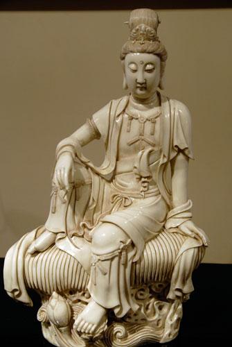 Скульптура Гуаньинь. Начало 20 ст. фарфор. Одно из самых любимых божеств Гуаньинь в древнем Китае - богиня милосердия и сострадания, ипостась мужского образа бодхисатвы Авлокитешвара. Она научила людей выращивать рис, который стал питательным, потому, что