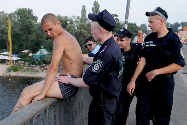 Десантник собирается прыгнуть в воду с моста в Гидропарке во время празднования 80-й годовщины ВДВ в Киеве 2 августа 2010 года. Фото: Владимир Бородин/The Epoch Times