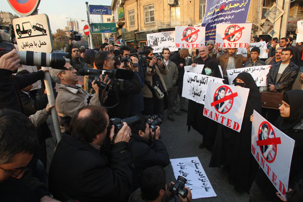 Иранцы напротив посольства Великобритании в исламской республике требуют, чтобы Лондон выдал Тегерану студента Араша Хеджази, который был свидетелем смерти Неда Ахда-Солтана во время публичных протестов против результатов президентских выборов в Иране в и