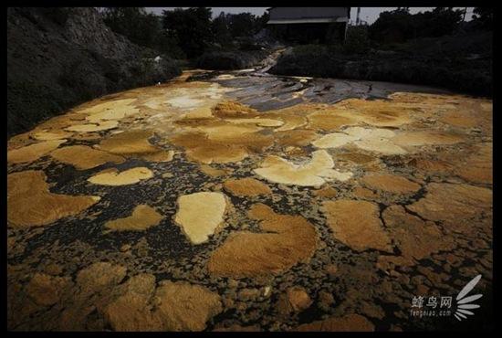 У місті Мааньшань провінції Аньхой вздовж річки Янцзи розташована безліч невеликих заводів за вибіркою заліза і виробництва пластмас. Всю відпрацьовану технічну воду заводи скидають в річку Янцзи. 18 червня 2009. Фото: Лу Гуан