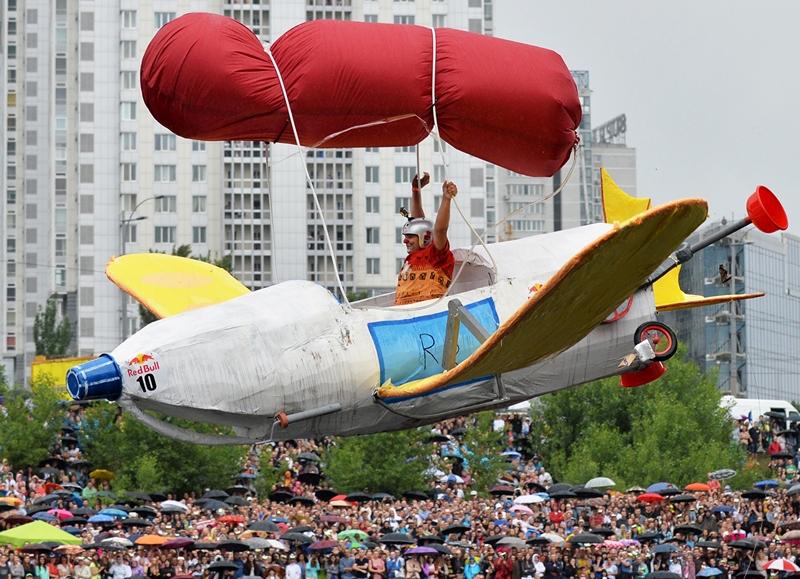 Киев, Украина, 2 июня. Участник чемпионата самодельных летательных аппаратов «Red Bull Flugtag» парит в воздухе перед приводнением на Русановском канале. Фото: SERGEI SUPINSKY/AFP/Getty Images