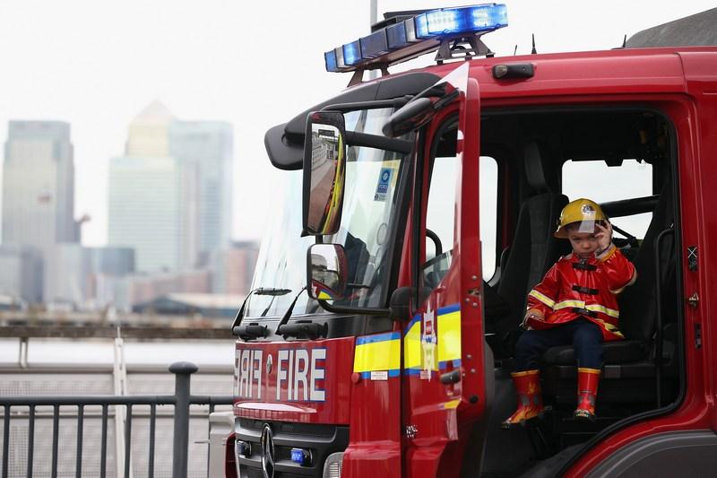Лондон, Англія, 18жовтня. Трирічний Ліам Фуллер сидить в кабіні пожежної машини місцевої команди, що бере участь у найбільших міжнародних змаганнях пожежних розрахунків. Фото: Dan Kitwood/Getty Images